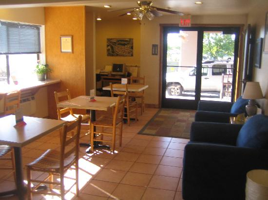 Super 8 Durango: Lobby area, where guests enjoy their breakfast.