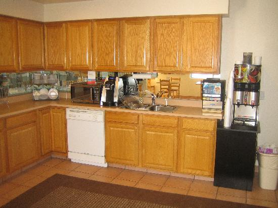 Super 8 Durango: Breakfast/coffee area.