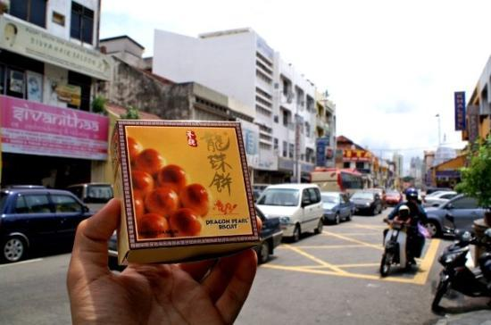 Georgetown, Malasia: 行行下買左呢個檳城特產龍珠餅(其實都唔知係唔係既) 個名好型!!