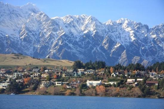 ควีนส์ทาวน์, นิวซีแลนด์: Foreigner can buy house here. You can find the one where on the hill, mountain behind then lake