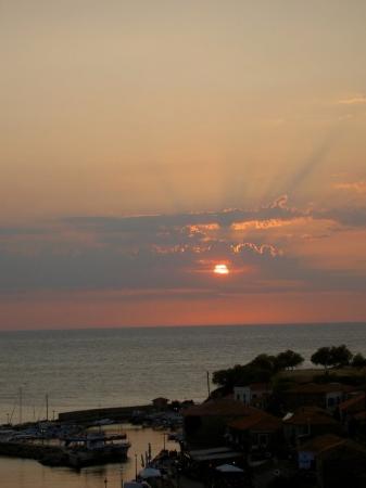 Μυτιλήνη, Ελλάδα: The sunset in the Harbot of Molivos