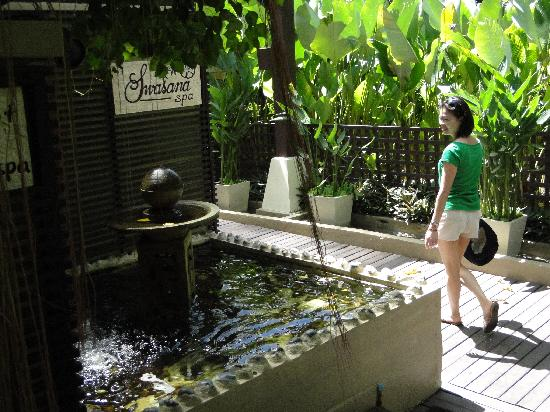 Impiana Resort Chaweng Noi: Walking to the hotel's spa for a treat.