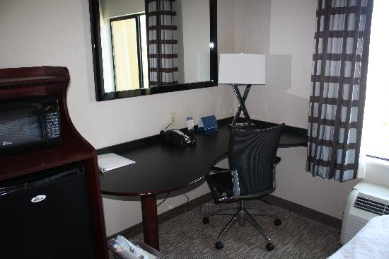 Hampton Inn Carlsbad-North San Diego County: Work Area, very functional with a comfortable office chair