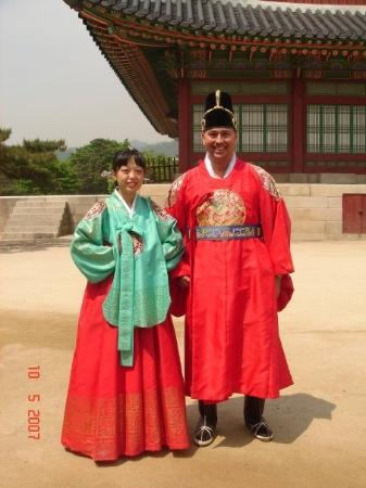 พระราชวังคย็องบก: el rey y la reina