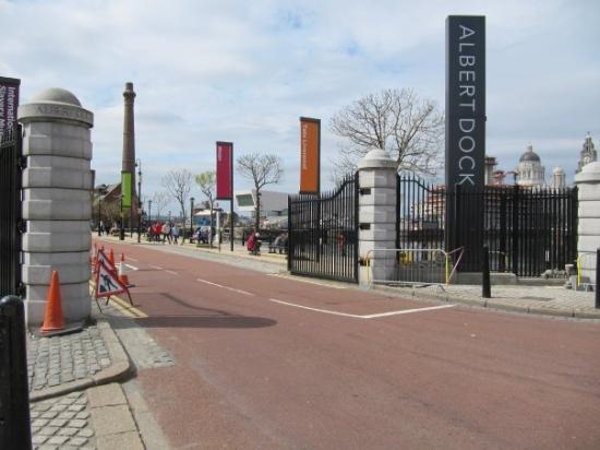 Royal Albert Dock Liverpool: Albert Dock. Desde aquí comienza el Beatles Magical Mystery Tour. Como vamos bien de tiempo (rar