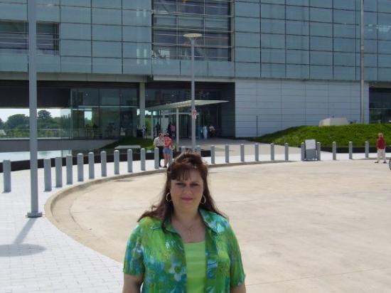 ลิตเทิลร็อก, อาร์คันซอ: Me in front of the William J. Clinton Library on the Arkansas River in Little Rock.