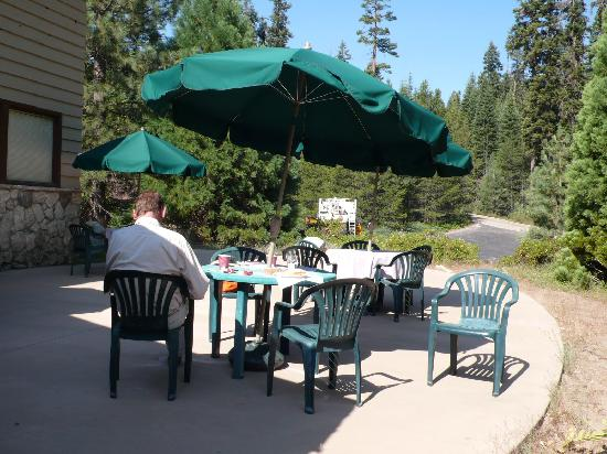 Stony Creek Lodge: Bien la terrasse mais tables sales et en bordure de route