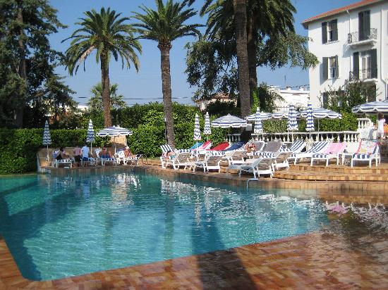 Swimming pool picture of hotel des mimosas juan les for Hotels juan les pins