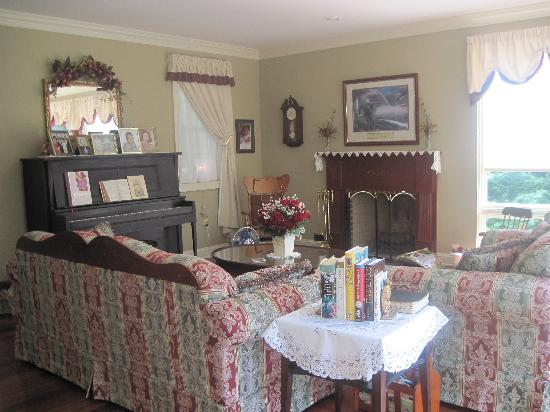 Blair Mountain Bed & Breakfast: Living Room for Guests