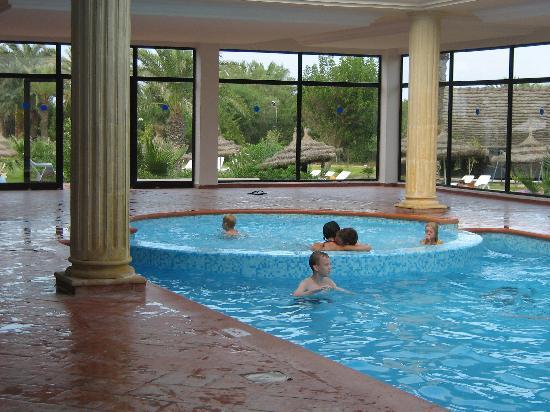 Piscine interieure photo de sunconnect one resort for Prix piscine interieure