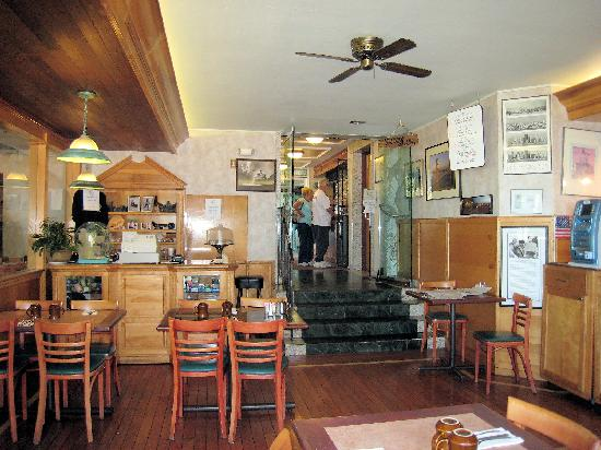Seal Rock Inn: Restaurant and lobby up the stairs