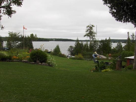 Green Bay Lodge : View as you walk towards the lake
