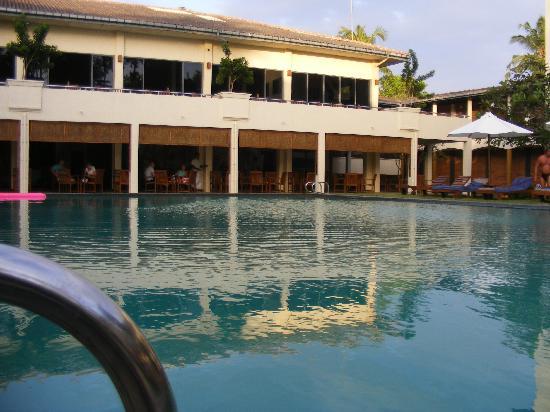 Hotel Mermaid & Club : Looking towards to bar from pool