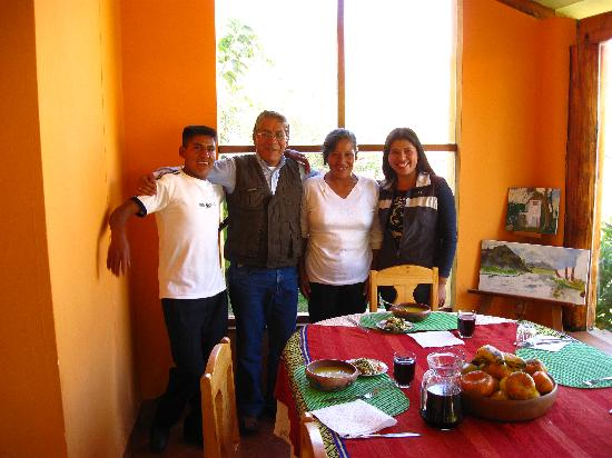 El Huerto Paraiso Sacred Valley Lodge: The warm and friendly staff in the dining room