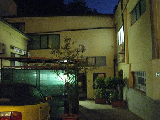 Youth Hostel Firenze 2000: Another view of the common courtyard