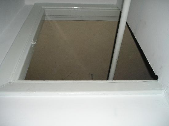 Alcazar Hotel: agujero en el techo de la habitación