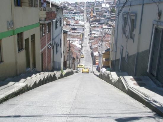 Una de las calles típicas de Manizales, todas con bastante pendiente, conocidas allá como faldas