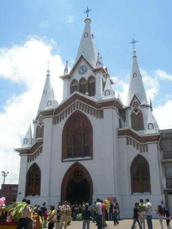 Manizales, โคลอมเบีย: Iglesia de la Inmaculada, frente a ella el Parque Caldas