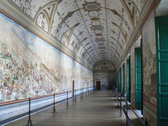 San Lorenzo de El Escorial, สเปน: Une galerie entièrement couverte de fresques représentant des scènes de batailles terrestres et
