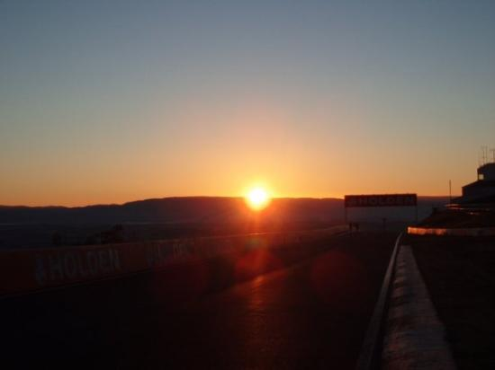 Bathurst, Australië: the sun over the hill, so pretty