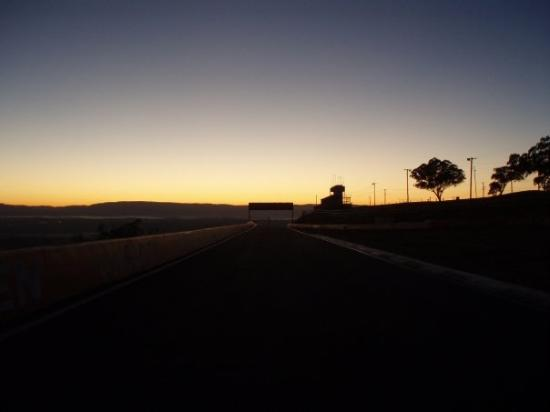 ‪‪Bathurst‬, أستراليا: Down the straight b4 the ESSES‬