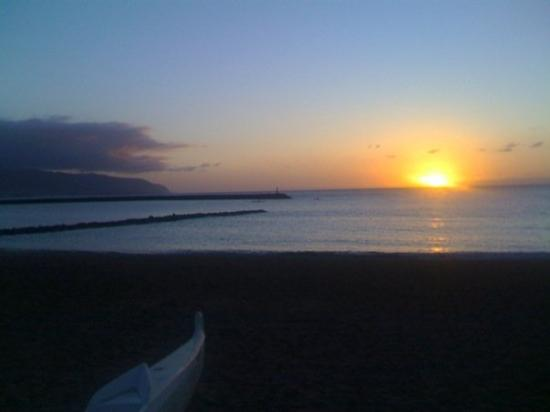 Haleiwa, ฮาวาย: A North Shore sunset. This one is much better than the one with me in it.