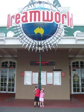 Coomera, ออสเตรเลีย: Blair and Kate outside Dreamworld