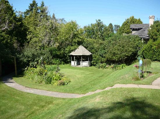 McVicar Manor Bed and Breakfast : Large spacious grounds back right on to the creek