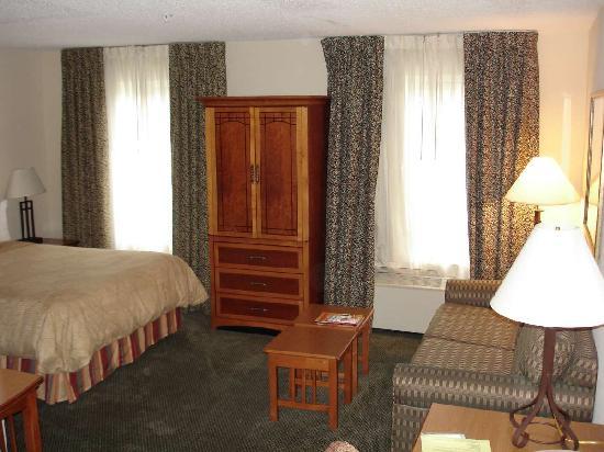 Staybridge Suites Raleigh-Durham Apt-Morrisville : Aug 2009 - As you walk in the room