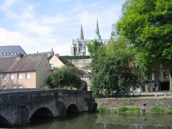 ชาตร์, ฝรั่งเศส: Chartres Cathedral viewed from the lower town on the Eure River.