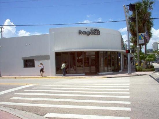 Surfside, Floryda: Fachada Restaurante Cafe Ragazzi, mi lugar de trabajo, en aquella linda experiencia.  Av. Hard