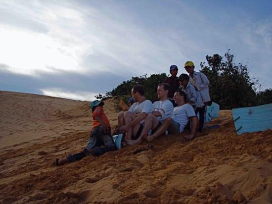 มุยเน่, เวียดนาม: Three man bob, Vietnam style - surfing the red dunes of Mui Ne