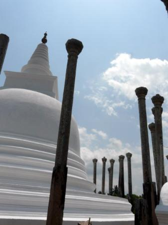 Ανουραντχαπούρα, Σρι Λάνκα: Thuparama Stupa. Anuradhapura. (The first stupa in Sri Lanka)