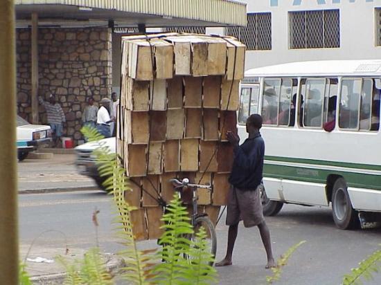 บูจุมบูรา, บุรุนดี: Bujumbura, Burundi One way to move your merchandise March, 2000.