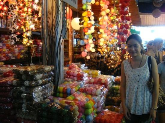 ตลาดนัดจตุจักร: 我在曼谷假日市集 和球燈合照