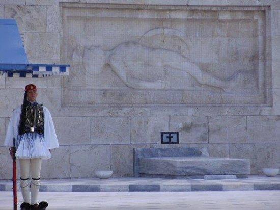 Hellenic Parliament: Guarding the tomb ...