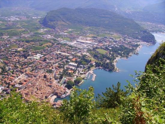 Riva Del Garda, อิตาลี: vue a partir de Madona di Campiglio, le mont Brione en fond, Riva au pied