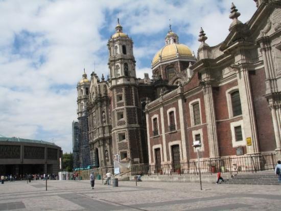 Basilica de Santa Maria de Guadalupe: The old Basilica which is sinking!