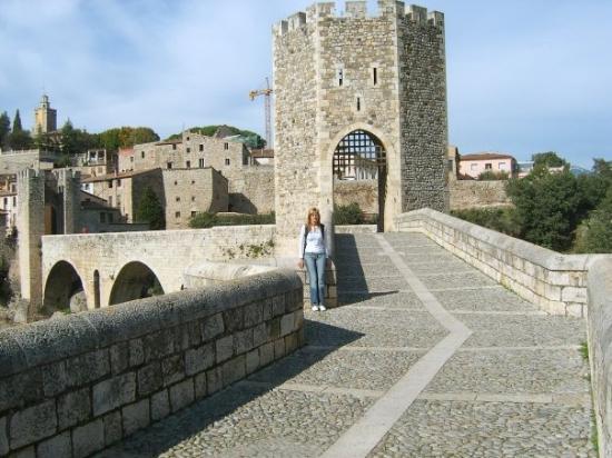 Besalu, สเปน: Това е! Заради този мост и град от затворен тип, разбирай крепост се возихме почти половин ден..