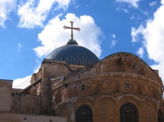 โบสถ์แห่งสุสานศักดิ์สิทธิ์: The Church of the Holy Sepulchre.  So this is where the majority of Christianity believes Christ