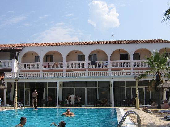 Angela Beach Hotel: L'hôtel et sa piscine