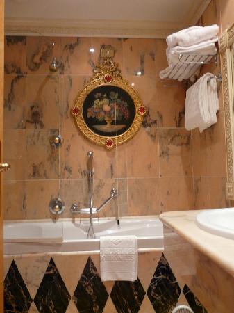 Grand Hotel des Iles Borromées & SPA: salle de bain