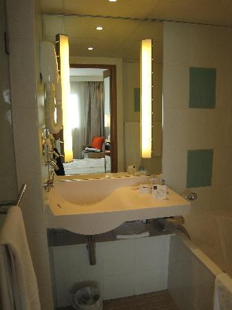 Novotel Reims Tinqueux : Bathroom