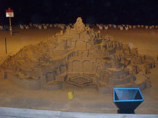 Resultado de imagen de los castillos de arena  Benidorm