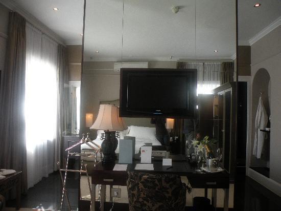 Dock House Boutique Hotel : altro televisore al plasma davanti al letto