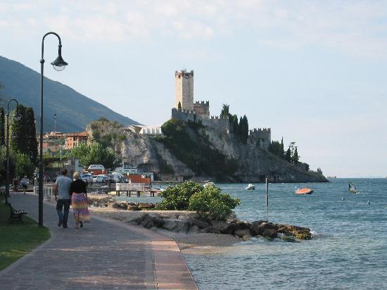 Hotel Europa - Ristorante al Pontile: Path to town