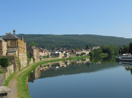 Montherme, França: evening view of the river near to the hotel