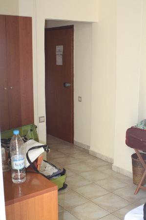 Neda Hotel: ingresso stanza