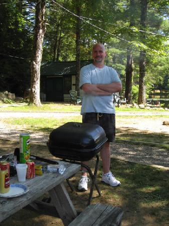 Hideaway Waterfront Cottages: chillin' and grillin'