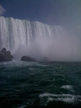 โรงแรมเชอราตันออนเดอะฟอลส์: Maid of the Mist entering the mighty Falls